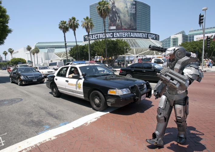 Fã de games tenta entrar no LA Convention Center, onde acontece a E3, vestido como o personagem War Machine, da Marvel