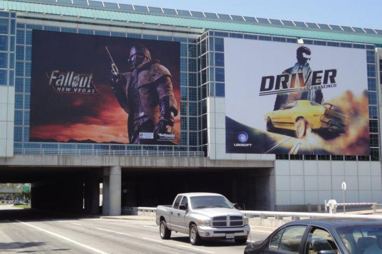 A decoração externa do pavilhão da E3 conta com cartazes de