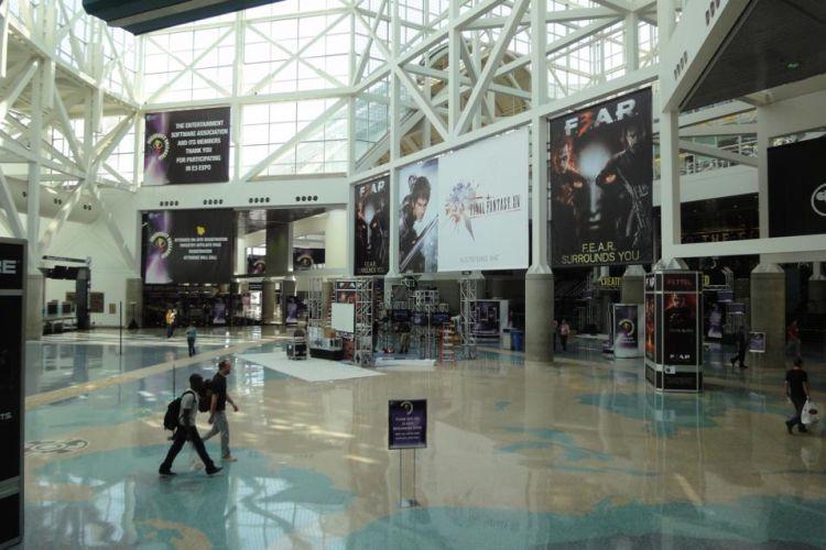 Assim como o restante dos estandes, o saguão principal da E3 ainda está sendo montado