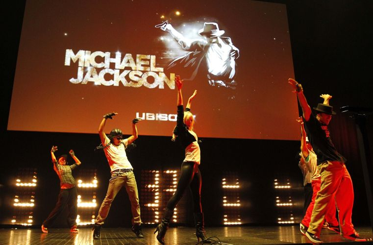 Grupo de dançarinos celebra o anúncio de game baseado em Michael Jackson na conferência pré-E3 da Ubisoft