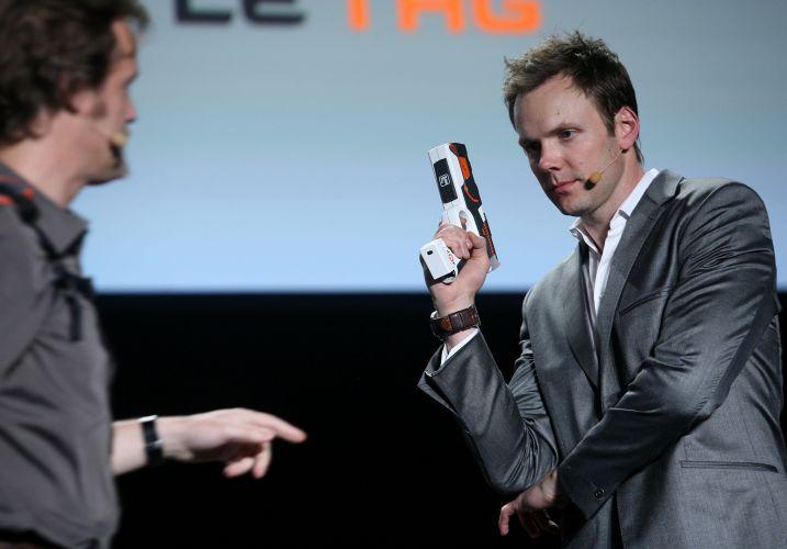 Apresentador Joel McHale empunha arma Battle Tag, espécie de brinquedo eletrônico anunciado pela Ubisoft em evento pré-E3