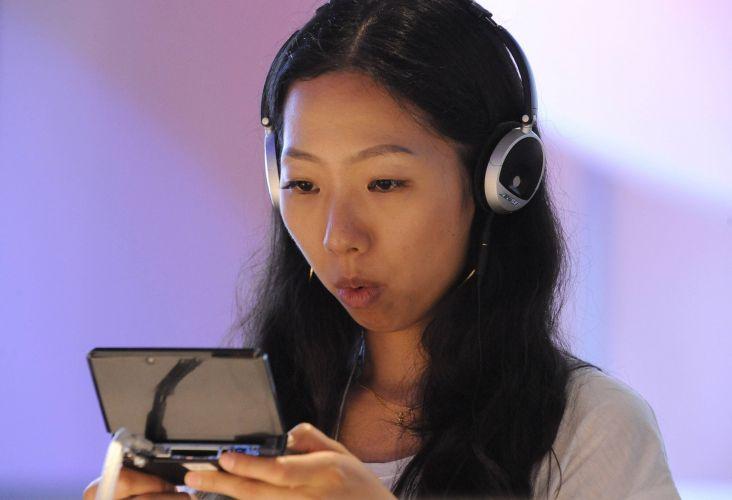 Visitante testa o novo Nintendo 3DS, videogame portátil que roda jogos 3D e dispensa óculos especiais para gerar o efeito