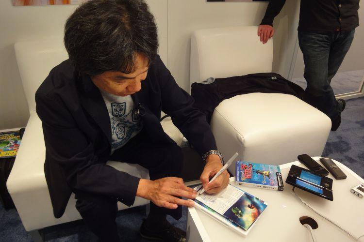 Shigeru Miyamoto, lendário criador de Super Mario, Donkey Kong e Zelda, assina cópia de