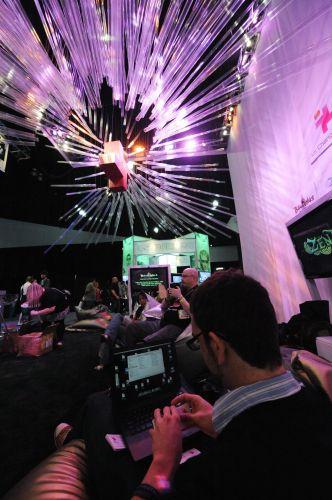 Visitantes testam novidades no pavilhão da E3 2010