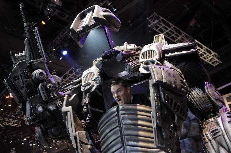Visitante se diverte com peça promocional de game exposto no pavilhão da E3 2010