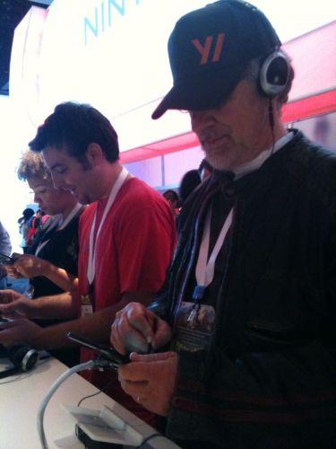 O diretor de cinema Steven Spielberg visita o estande da Nintendo na E3 2010 para testar o novo portátil Nintendo 3DS