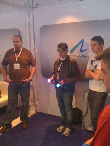 O diretor de cinema Steven Spielberg visita o estande da Sony na E3 2010 para testar o controle de movimentos PS Move