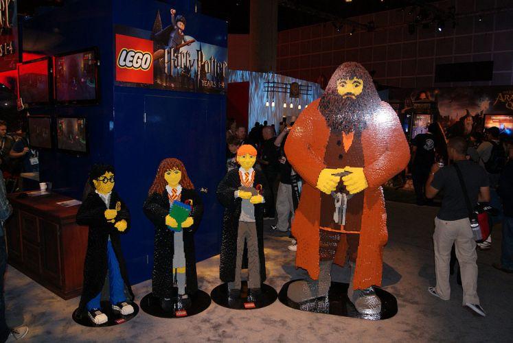 Personagens Harry Potter, Hermione, Rony e Hagrid feitos de LEGO enfeitam espaço do game