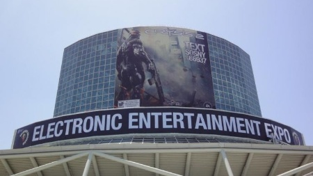 "A entrada do South Hall do LA Convention Center estampava ""Crysis 2"" na E3 de 2010"