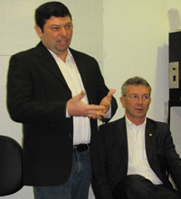 Moacyr Alves Jr., idealizador do projeto, explica, ao lado de Busato, o Jogo Justo