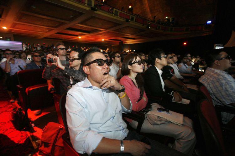Grupo de jornalistas e convidados usa óculos 3D para apreciar trecho da conferência pré-E3 da Sony