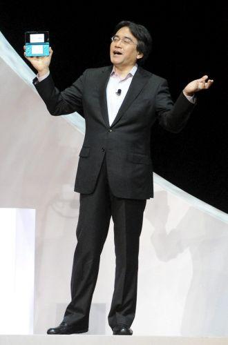 Satoru Iwata, presidente global da Nintendo, mostra a platéia em evento pré-E3 o Nintendo 3DS