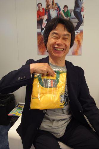 Shigeru Miyamoto, lendário criador do Super Mario, recebe camiseta da Seleção Brasileira como presente após entrevista para UOL Jogos