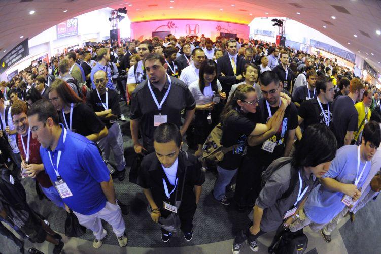Jornalistas e outros visitantes da E3 aguardam pela abertura da feira na quinta-feira (17)