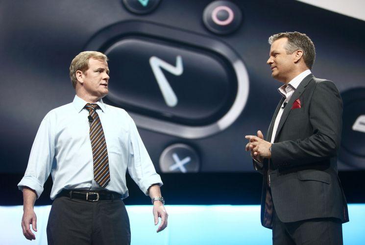 O executivo fictício conversa com Peter Dille - executivo real da Sony - durante conferência pré-E3