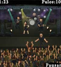 """Um dos minigames de """"Chiaroescuro"""" consiste em furar o bloqueio dos seguranças e subir no palco"""