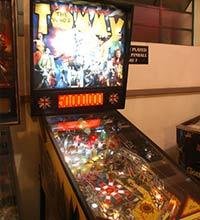 """""""Tommy"""" é uma das dezenas de máquinas de pinball presentes no Pinball Clube de São Paulo"""